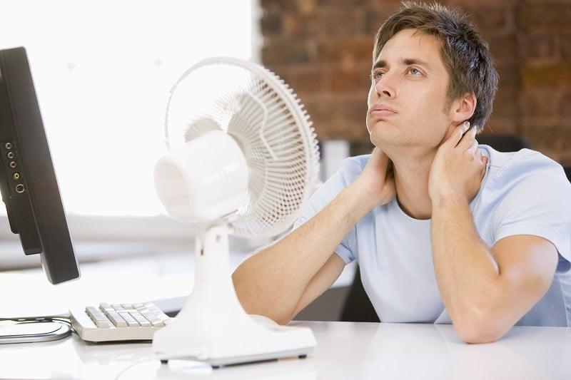 mand ved ventilator