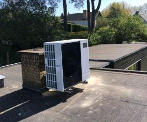 Fin luft til vand varmepumpe, der er monteret på taget